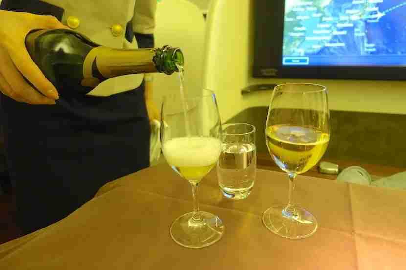 JAL first class pouring Deutz