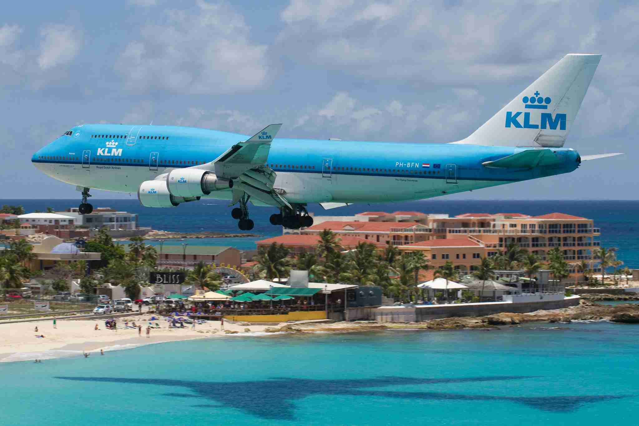 [UNVERIFIED CONTENT] A KLM 747 glides over Maho Beach in ST. Marrten