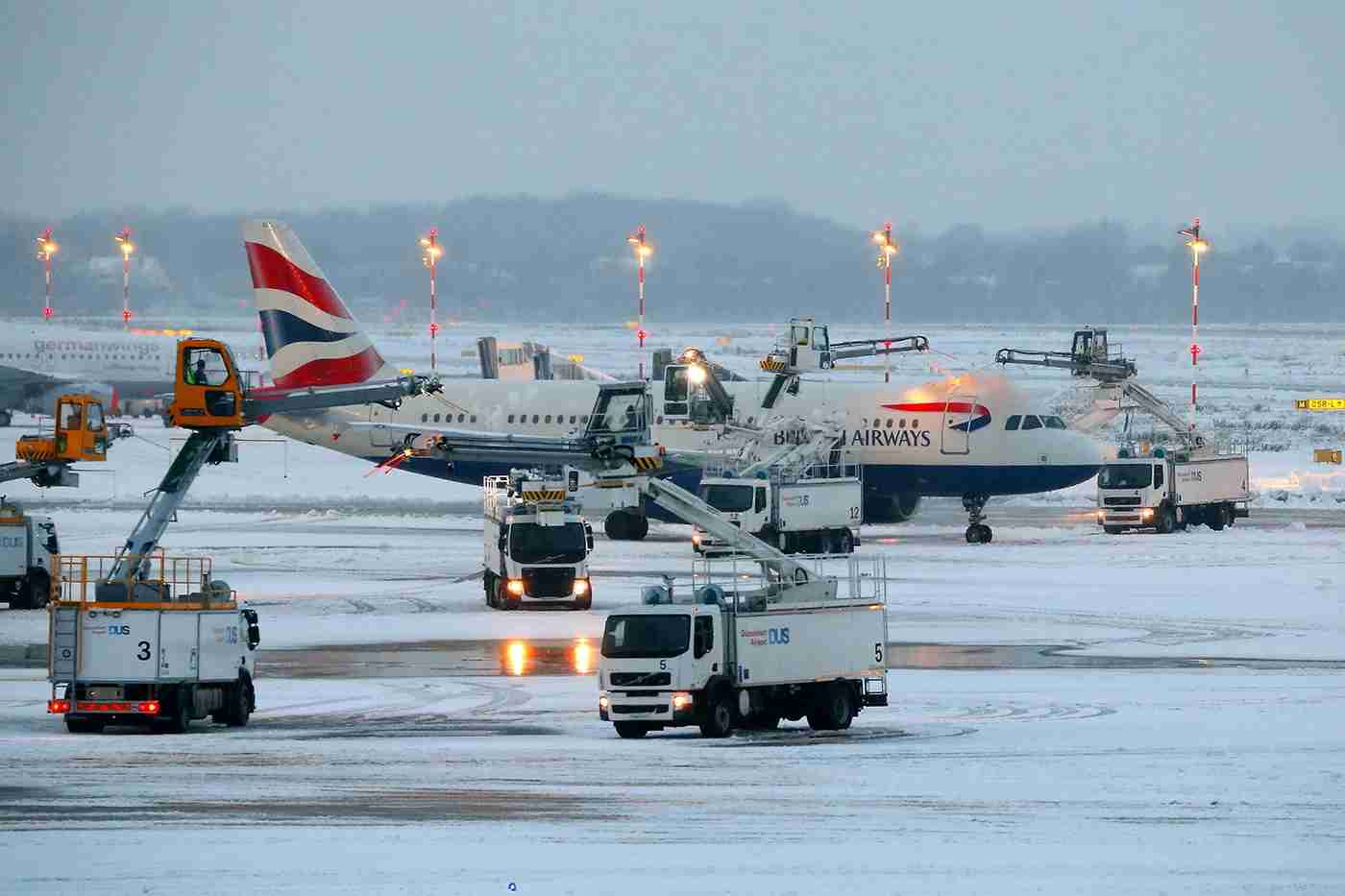 A British Airways Airbus A320 gets de-iced on the tarmac of the airport in Düsseldorf, Germany, on December 10, 2017. Image by David Young / AFP / Getty Images
