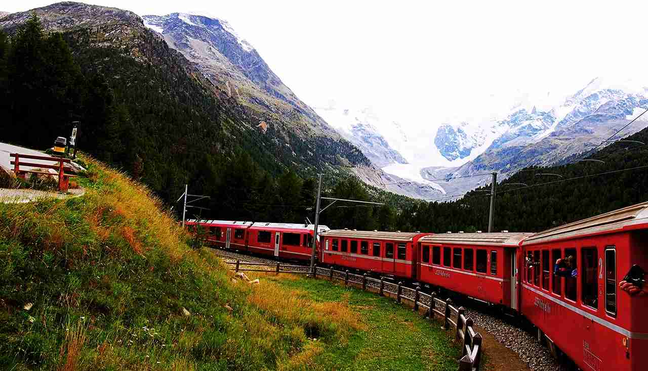 Scenic train ride among the Alps. (Photo by @chuaylalvin via Twenty20)