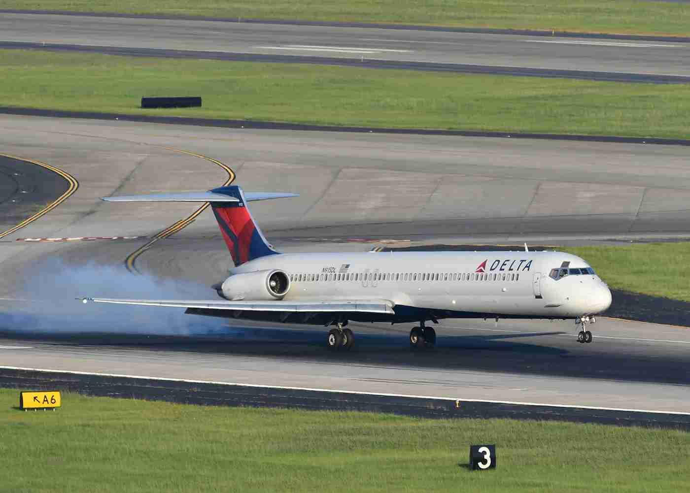 A Delta MD-88 lands in Atlanta. (Image by Alberto Riva/TPG)