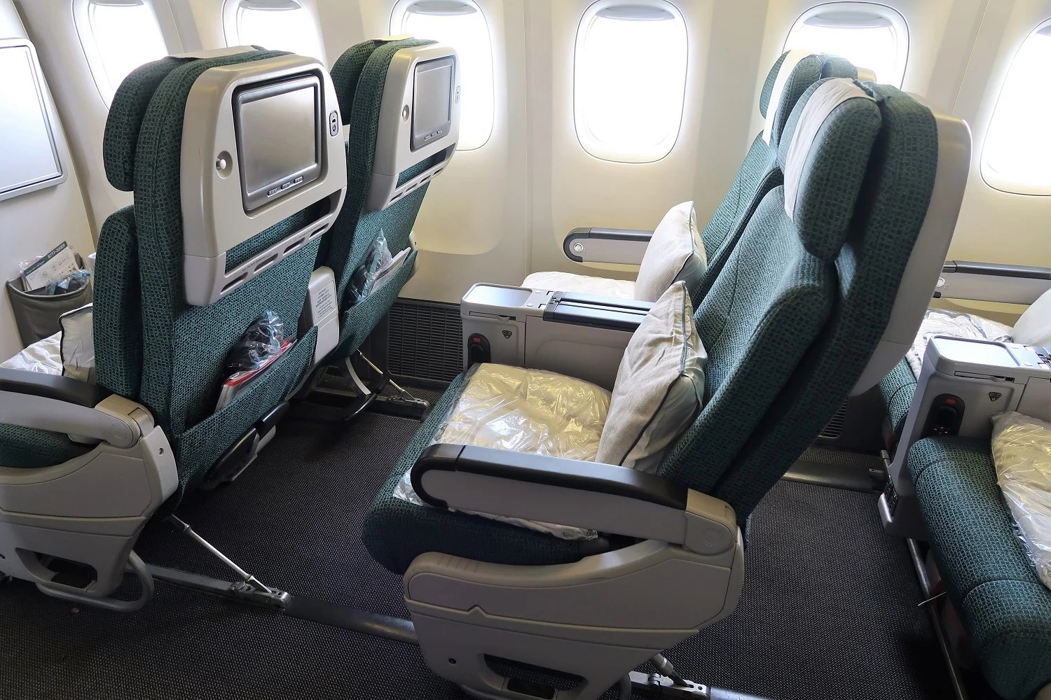 Thick seat padding and footrests, but no legrests on the 777.