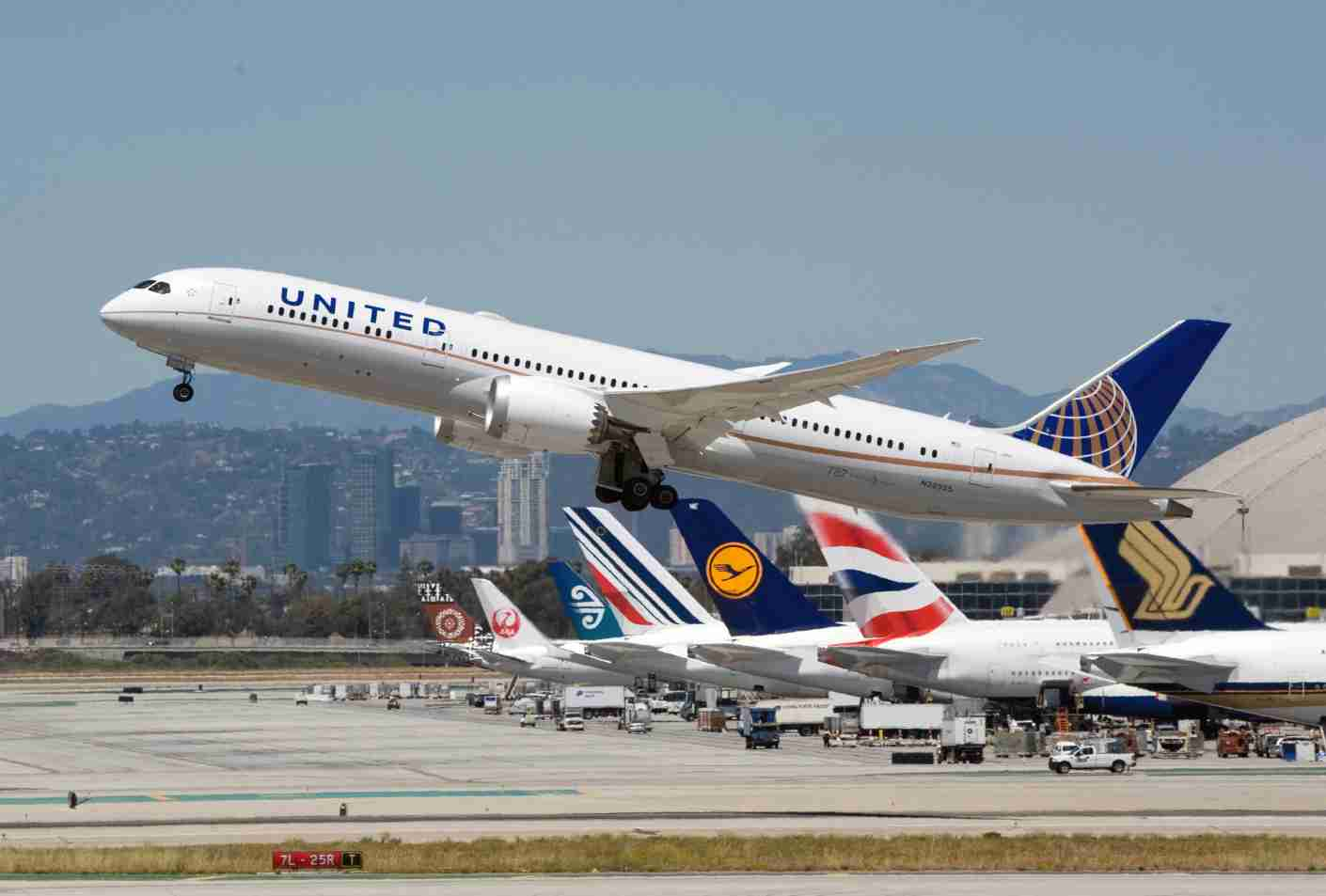 A United Airlines Boeing 787-9 takes off from LAX, April 2016