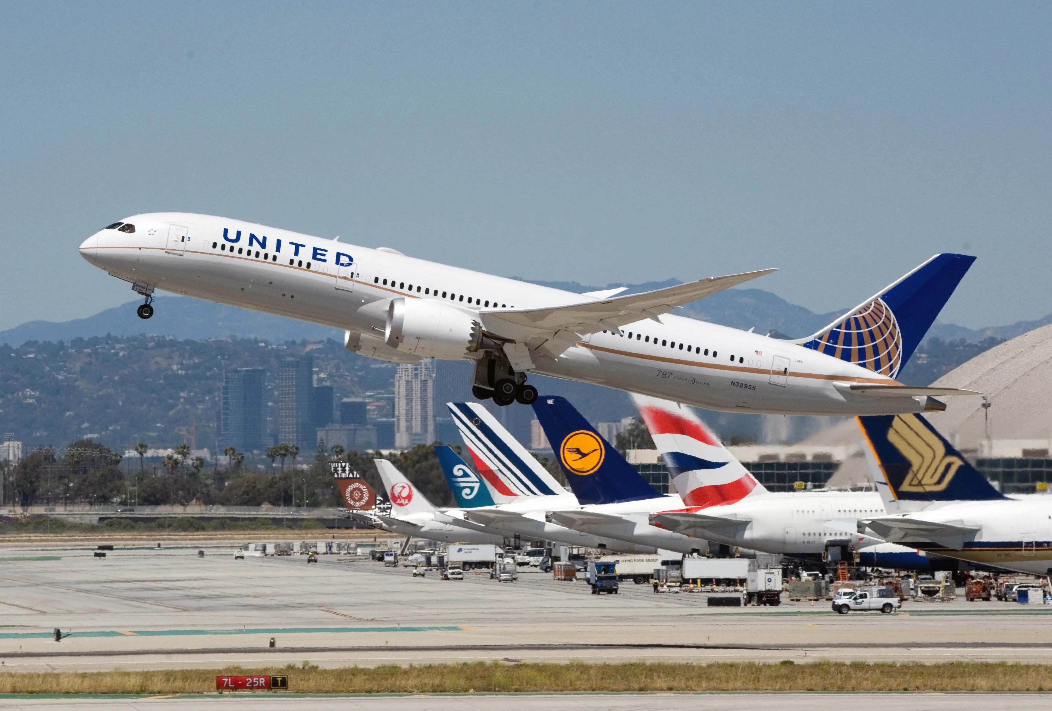 United to keep Dreamliners flying from Los Angeles