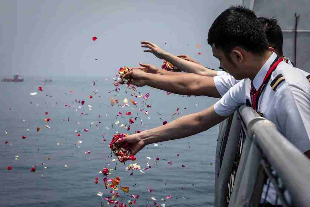 KARAWANG, INDONESIA - NOVEMBER 06: colleagues of victims of Lion Air flight JT 610 throw flowers on deck of Indonesian Navy ship KRI Banjarmasin during visit and pray at the site of the crash on November 6, 2018 in Karawang, Indonesia. Indonesian investigators said on Monday the airspeed indicator for Lion Air flight 610 malfunctioned during its last four flights, including the fatal flight on October 29, when the plane crashed into Java sea and killed all 189 people on board. The Boeing 737 plane crashed shortly after takeoff as investigators and agencies from around the world continue its week-long search for the main wreckage and cockpit voice recorder which might solve the mystery. (Photo by Ulet Ifansasti/Getty Images)