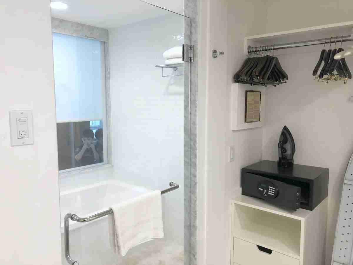 Mauna Kea Beach Hotel - Bathroom Tub and Shower