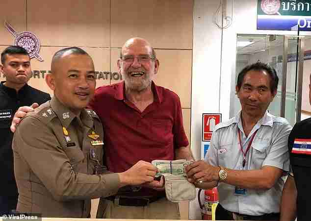 Jerry Hart (center) with Bangkok Police (left) and taxi driver Veeraphol Klamsiri (right) (Image via The Daily Mail / Viral Press)