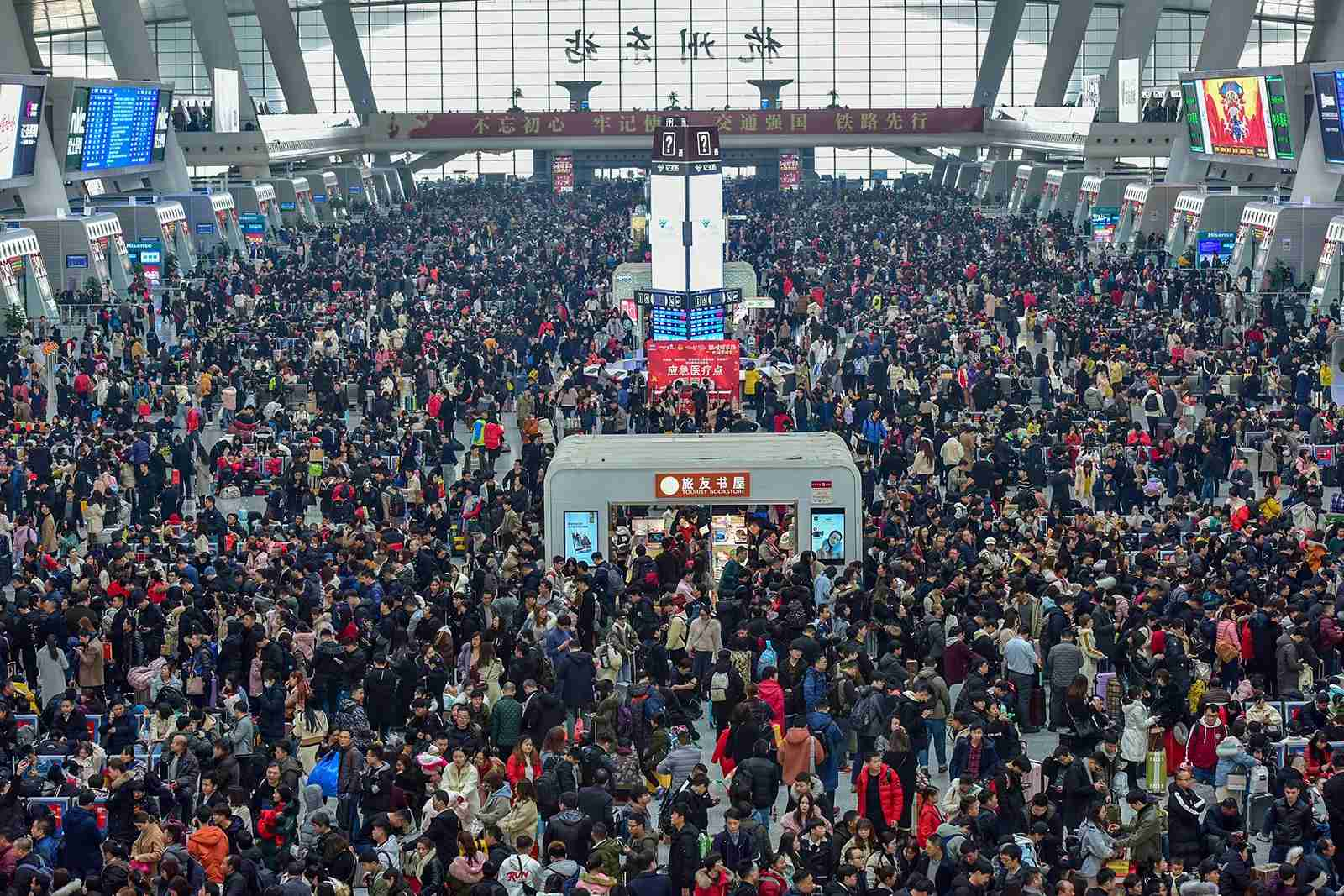 Passengers swarm the East railway station. (Photo by Xu Hui/VCG via Getty Images)