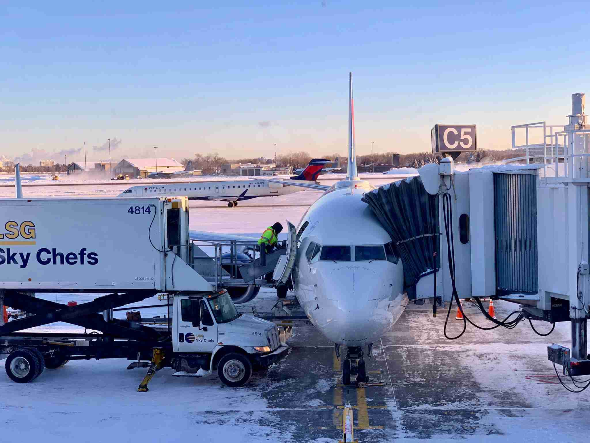 delta-airplane-jet-plane-msp-airport