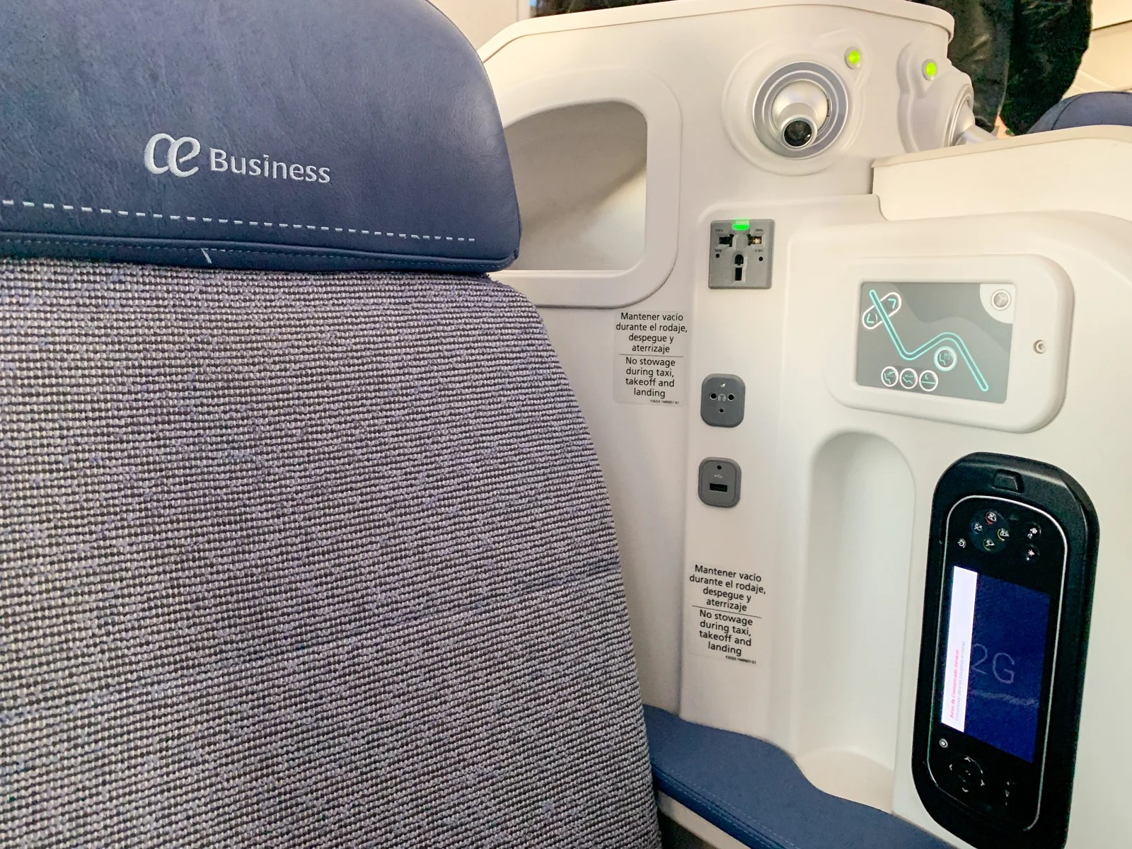 7fc0fa57ff8 On the left side of the seat were the universal AC outlet, USB port,  headphone jack, privacy divider, seat controls, reading light and IFE  remote.