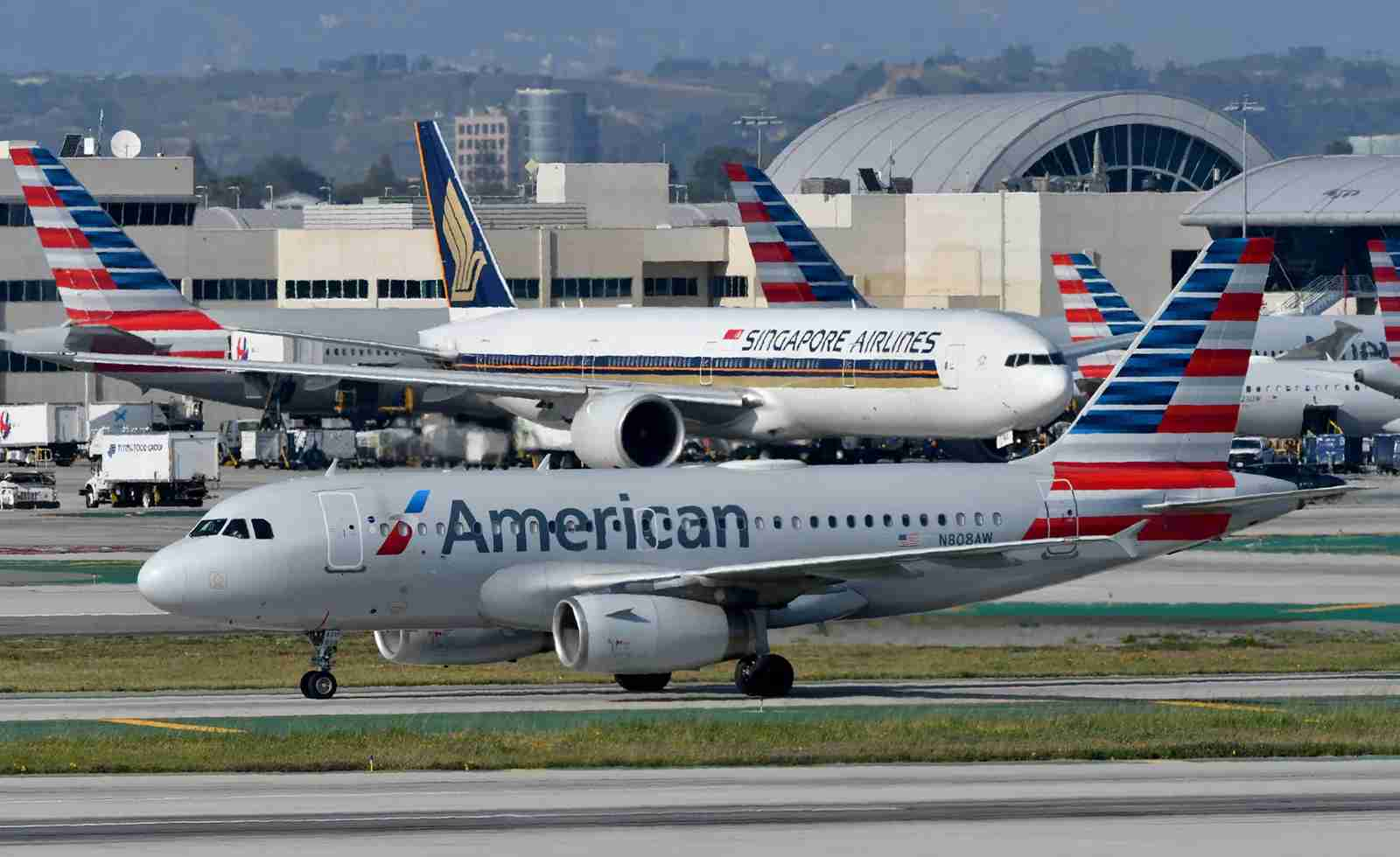 An Airbus A319 of American Airlines and a Boeing 777 of Singapore Airlines at LAX Airport, March 2019 (Photo by Alberto Riva/TPG)
