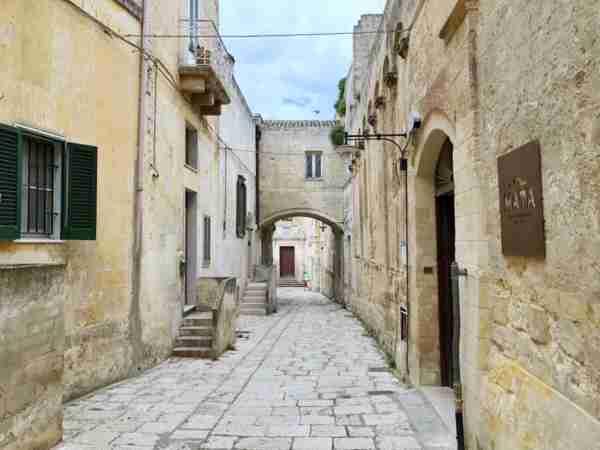 A narrow lane in the sassi of Matera. (Photo courtesy of Marco del Greco.)