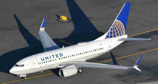 A United Boeing 737-700 taxiiing at Newark (Photo by Alberto Riva/TPG)