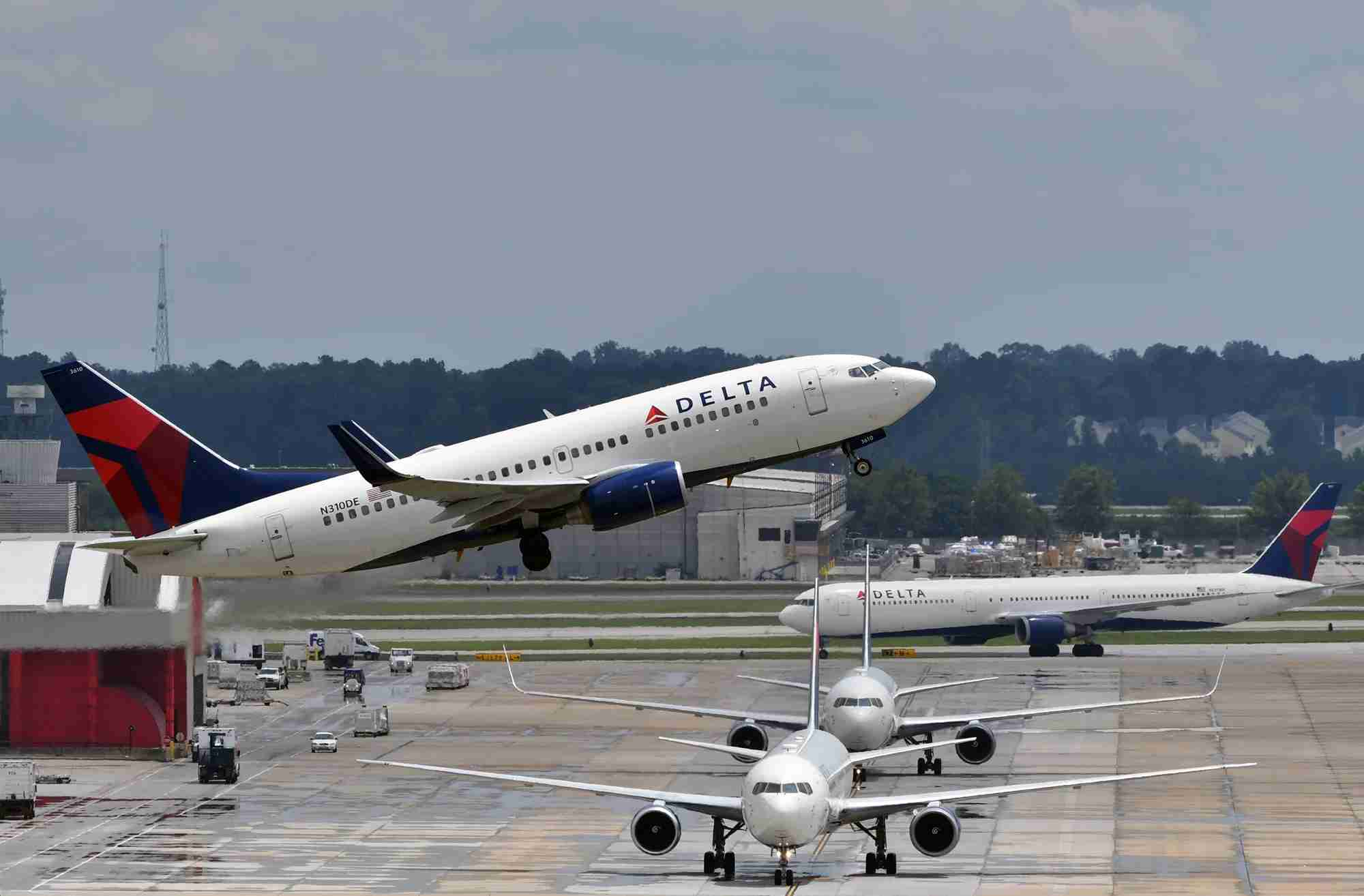 A Delta Airlines Boeing 737-700 takes off from Atlanta (Photo by Alberto Riva/The Points Guy)