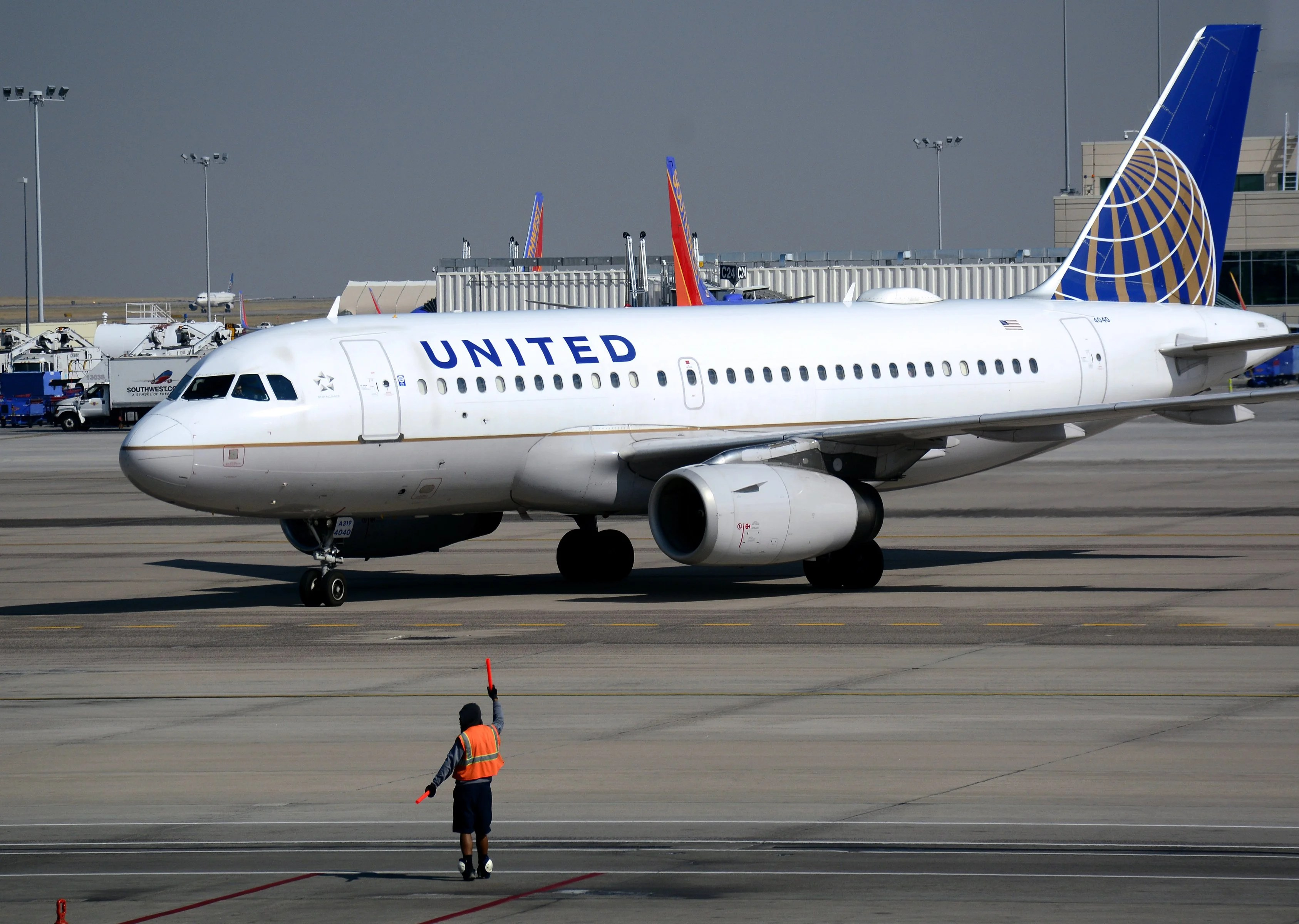 Is United Airlines inching closer to buying a 100-seat mainline aircraft?