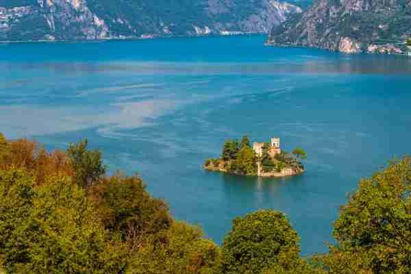 湖。……在照片上的照片里,