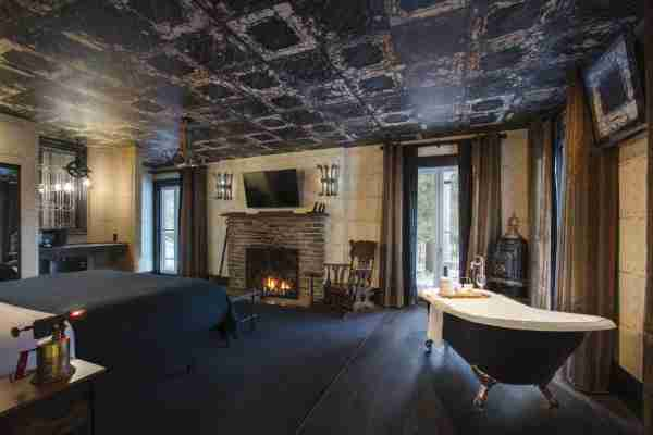 Photo of a Mansion room at The Roxbury at Stratton Falls courtesy of The Roxbury.