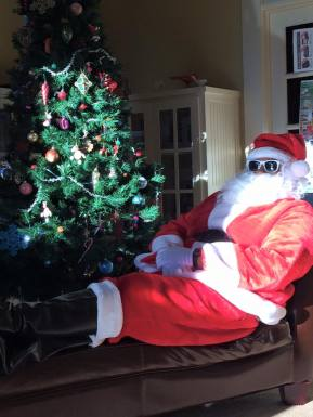 Santa chillin' in between photos. Photo by Vandreena/VNC.