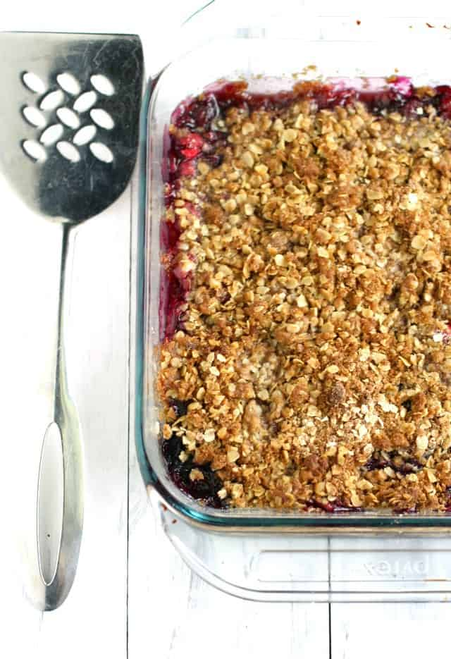 Vegan and gluten free cranberry blueberry crisp recipe - this is such an easy and delicious dessert recipe for Thanksgiving!