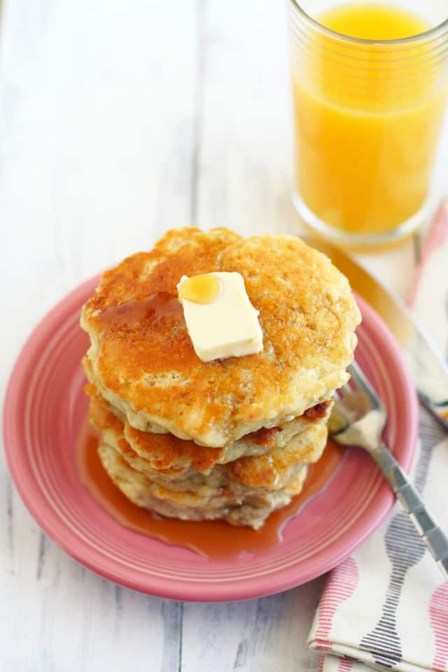 Perfectly light and fluffy vegan banana pancakes. You can have fluffy pancakes without eggs! Great for weekend breakfasts. #vegan