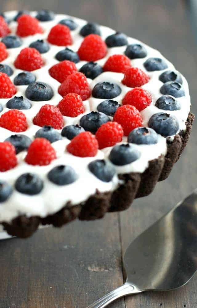 Red, white, and blue tart with a cremy filling and an Oreo cookie crust. No bake recipe. #patriotic