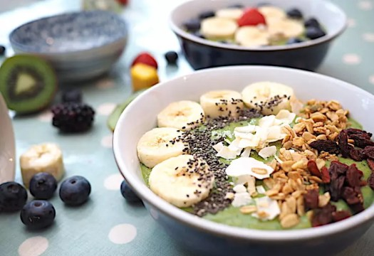 Super easy green smoothie bowl recipe to bring a bit of color to your breakfast