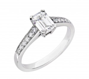 Elegant solitaire ring with a internally flawless emerald cut diamond