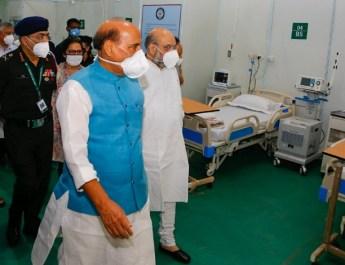 रक्षा मंत्री राजनाथ व गृह मंत्री अमित शाह ने स्वास्थ्य मंत्री डॉ हर्षवर्धन के साथ किया एक हजार बेड वाले पटेल कोविड अस्पताल का दौरा