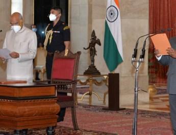 राष्ट्रपति रामनाथ कोबिन्द ने गिरीश चंद्र मुर्मू को सीएजी के रूप में शपथ दिलाई