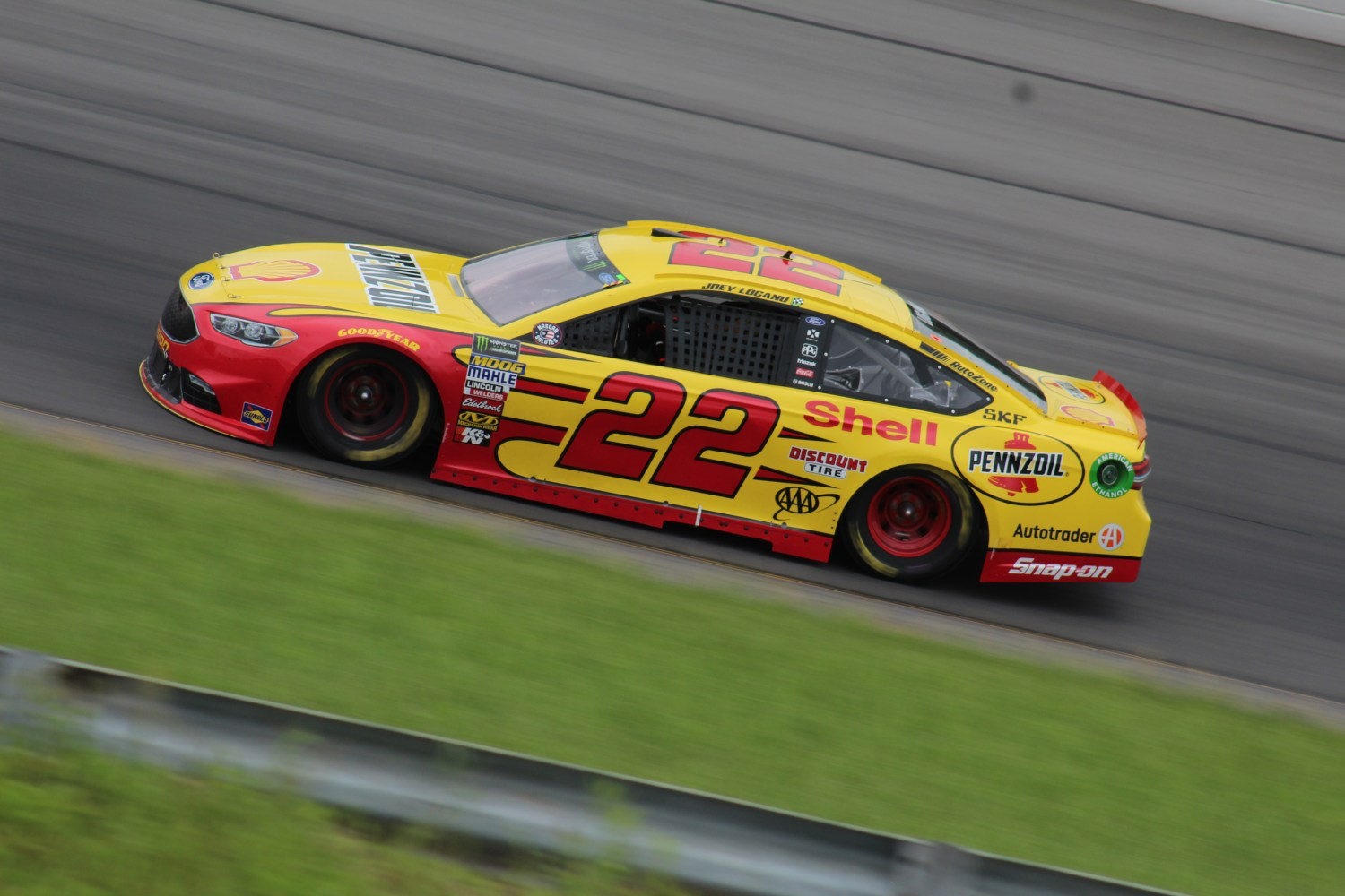Joey Logano races during the 2018 Pocono 400. (Tyler Head   The Racing Experts)