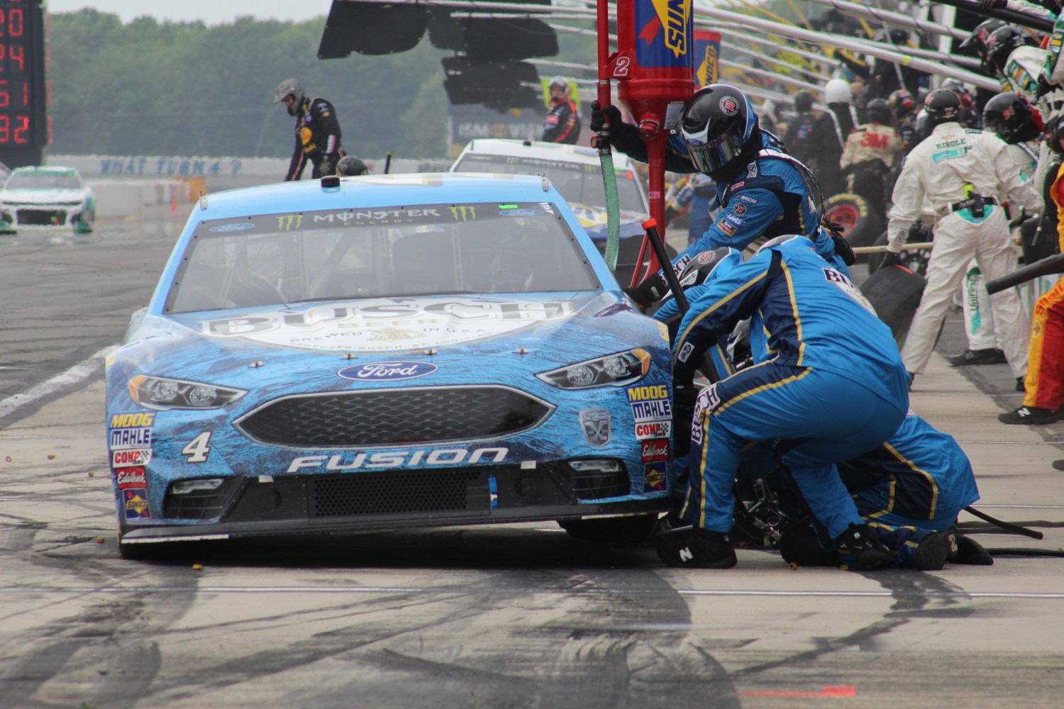 Kevin Harvick's car receives service during the 2018 Pocono 400. (Tyler Head   The Racing Experts)