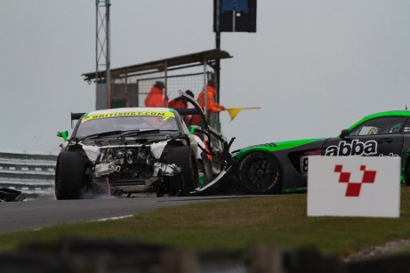 bgt2017_round1_race2_loggie_neary_crash_04