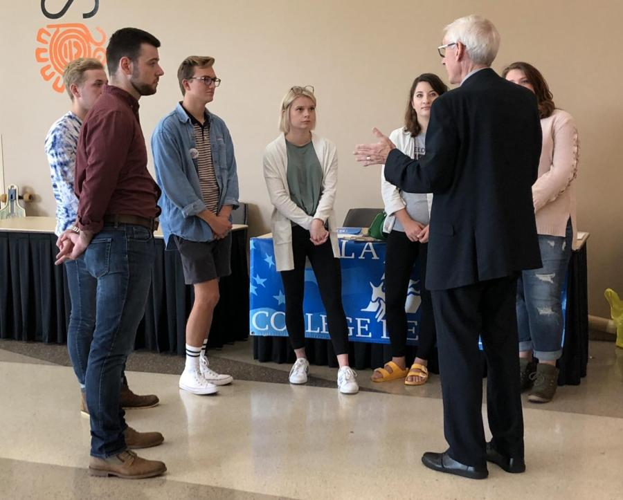 Gubernatorial+candidate+Tony+Evers+%28D%29+speaks+with+UWL+students