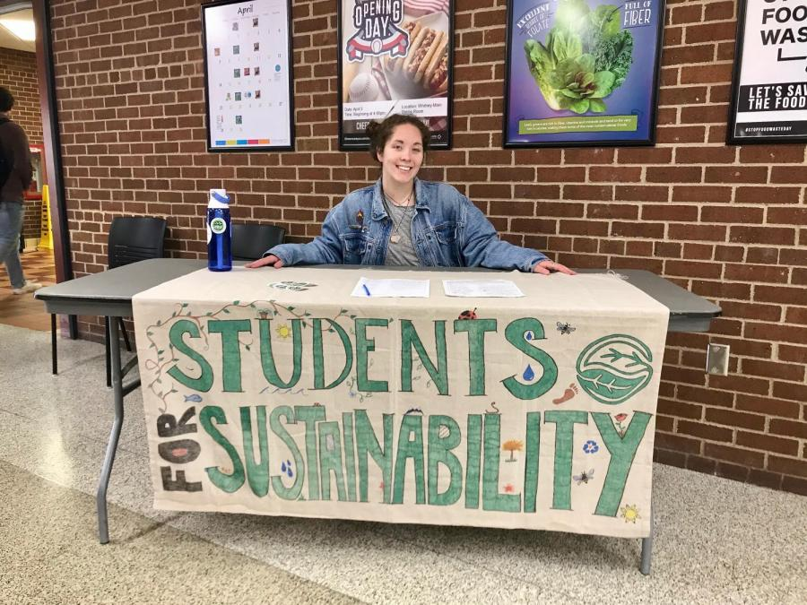 UWL+Co-Chair+of+Students+for+Sustainability++Madelynn+Makinster+tabling+in+Whitney+Dining+Hall.+Photo+by+Julia+Balli.+