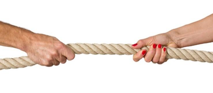 Streiten lernen, Frau und Mann beim Tauziehen, Streit, Machtkampf, Konflikt, Kommunikationstraining für Paare
