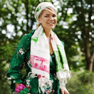 Hirana blogger wearing Peace Silk Handloom Scarf by Cocccon - eco-friendly fashion