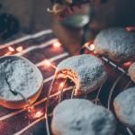 Christmas, weihnachten, cookies, Kekse, Plätzchen, lecker, delicious, healthy, gesund, quark, vegan, plant-based, healthyfied, simple, einfach, diät, diet, cream cheese, good, baking, backen, holiday food, weihnachtsessen, essen, advent backen, puderzucker, powdered sugar, cookie rack, simplyv