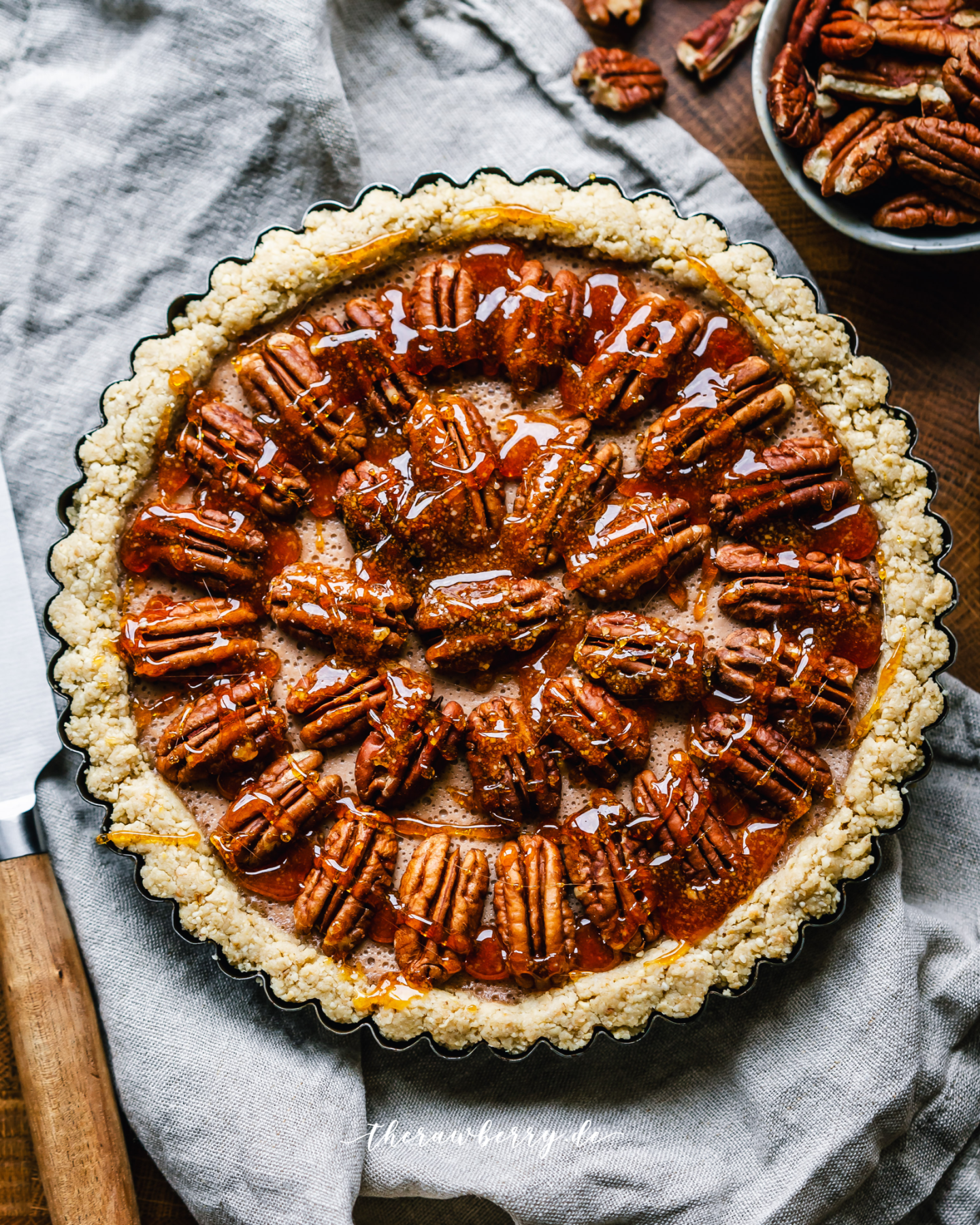 pecan pie, pekanuss kuchen, kuchen, pie, dessert, delicious, nachtisch, lecker, einfach, glutenfrei, glutenfree, vegan, dairy free, Laktose frei, schnell, quick, easy, simple, simple, yum, yummy, delicious, healthy, gesund, therawberry, marie dorfschmidt, food, foodie, essen, baking, backen, food photographie, fotografie, plant-based, pflanzich