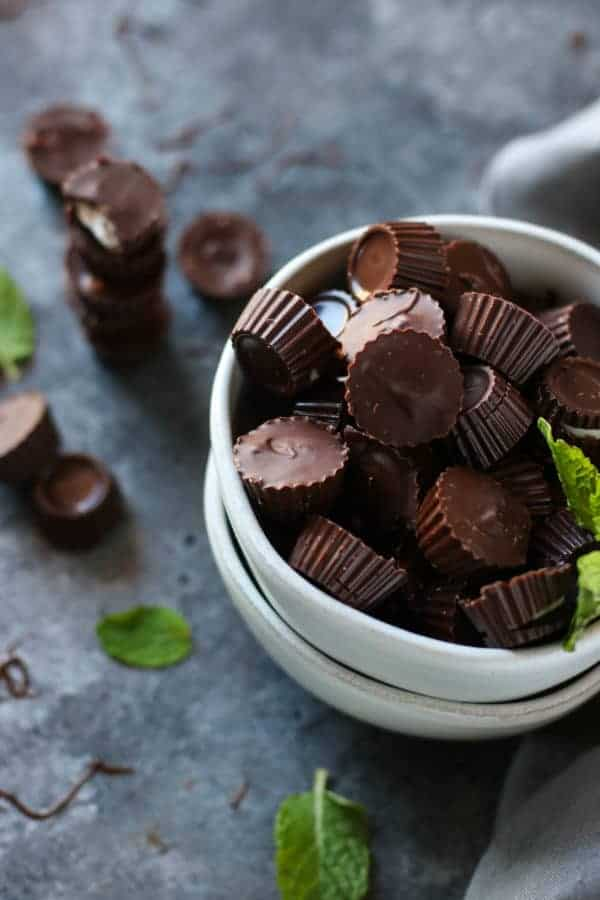 3-Ingredient Dark Chocolate Mint Cups | clean eating sweets | healthy candy recipes | dark chocolate recipes | paleo dessert recipes | gluten-free dessert recipes | dairy-free dessert recipes | vegan dessert recipes || The Real Food Dietitians #healthychocolate #healthydessert #cleaneating