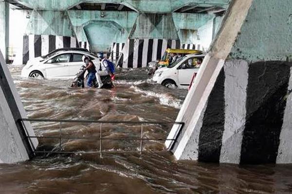 Heavy rains cause waterlogging across Delhi, traffic hit