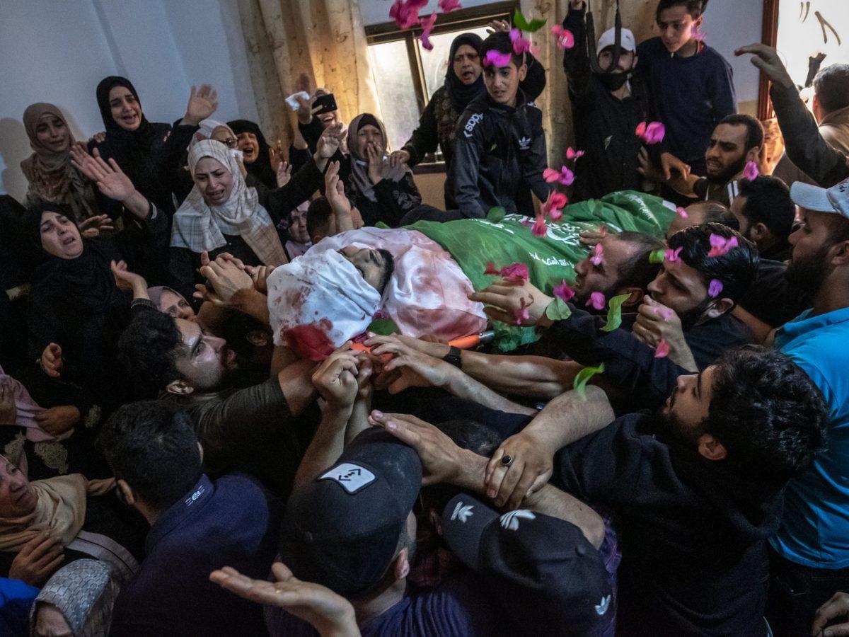 Relatives of Palestinian Ahmed Al-Shenbari mourn at his funeral