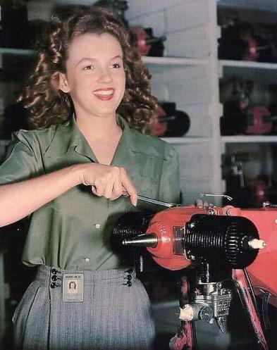 Amazing Historical Photos Pictures Incredible Mindblowing Photograph Old History Crazy Weekly Show Marilyn Monroe Factory