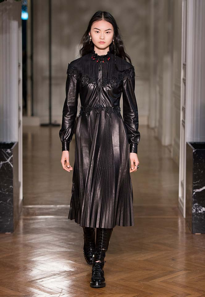 valentino-fw17-rtw-fall-winter-2017-18-collection-42-black-leather-jacket