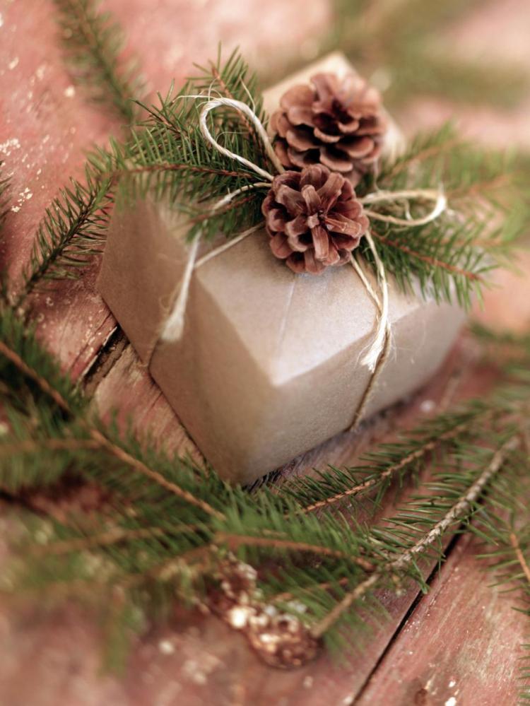 ji_pinecone-gift-wrap_s3x4-jpg-rend-hgtvcom-966-1288