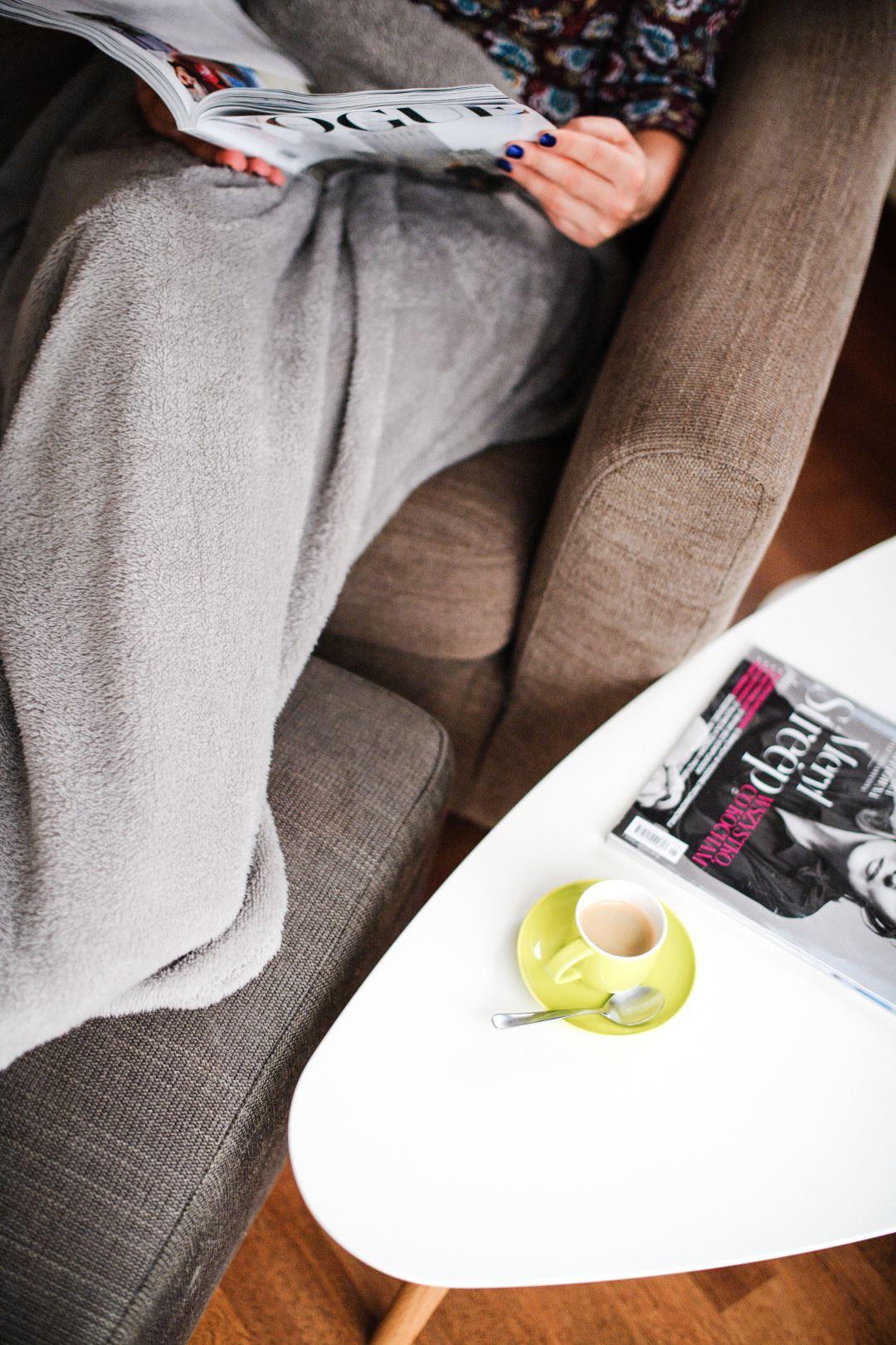 Sessel mit Couchtisch