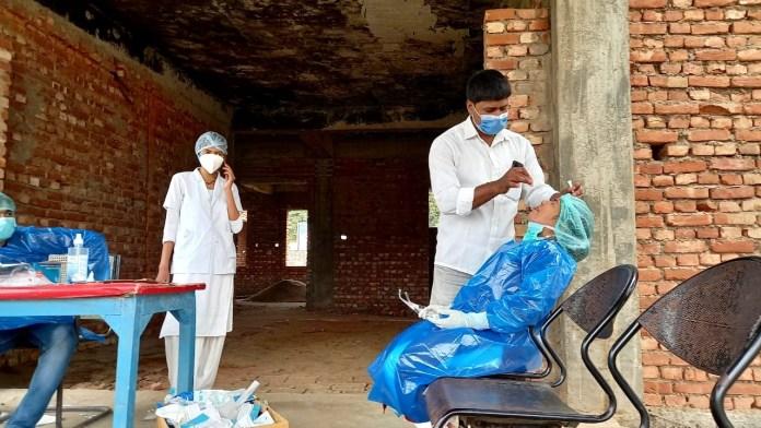 फ़ोटो : बिना ग्लब्स और बिना पीपीई किट के सैंपल लेते सदर अस्पताल के कर्मी