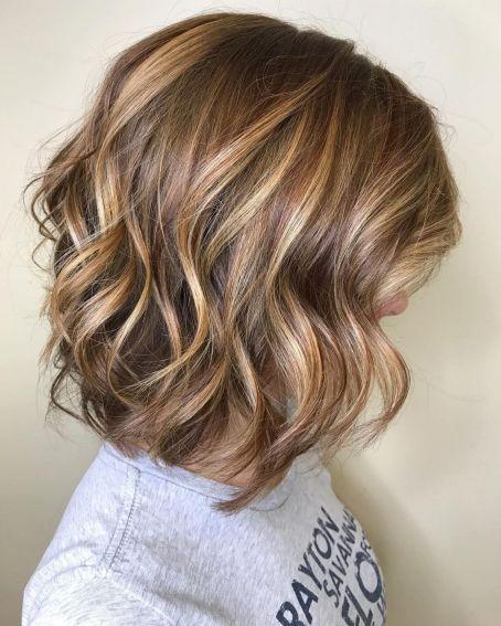 Svetlo smeđa bob frizura sa svetlo plavim pramenovima