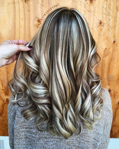 Smeđa kosa sa svetlo plavim pramenovima