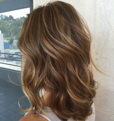 Frizura sa svetlim pramenovima na smeđoj kosi