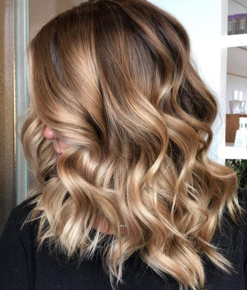 Svetlo smeđa kosa sa pramenovima u boji karamele